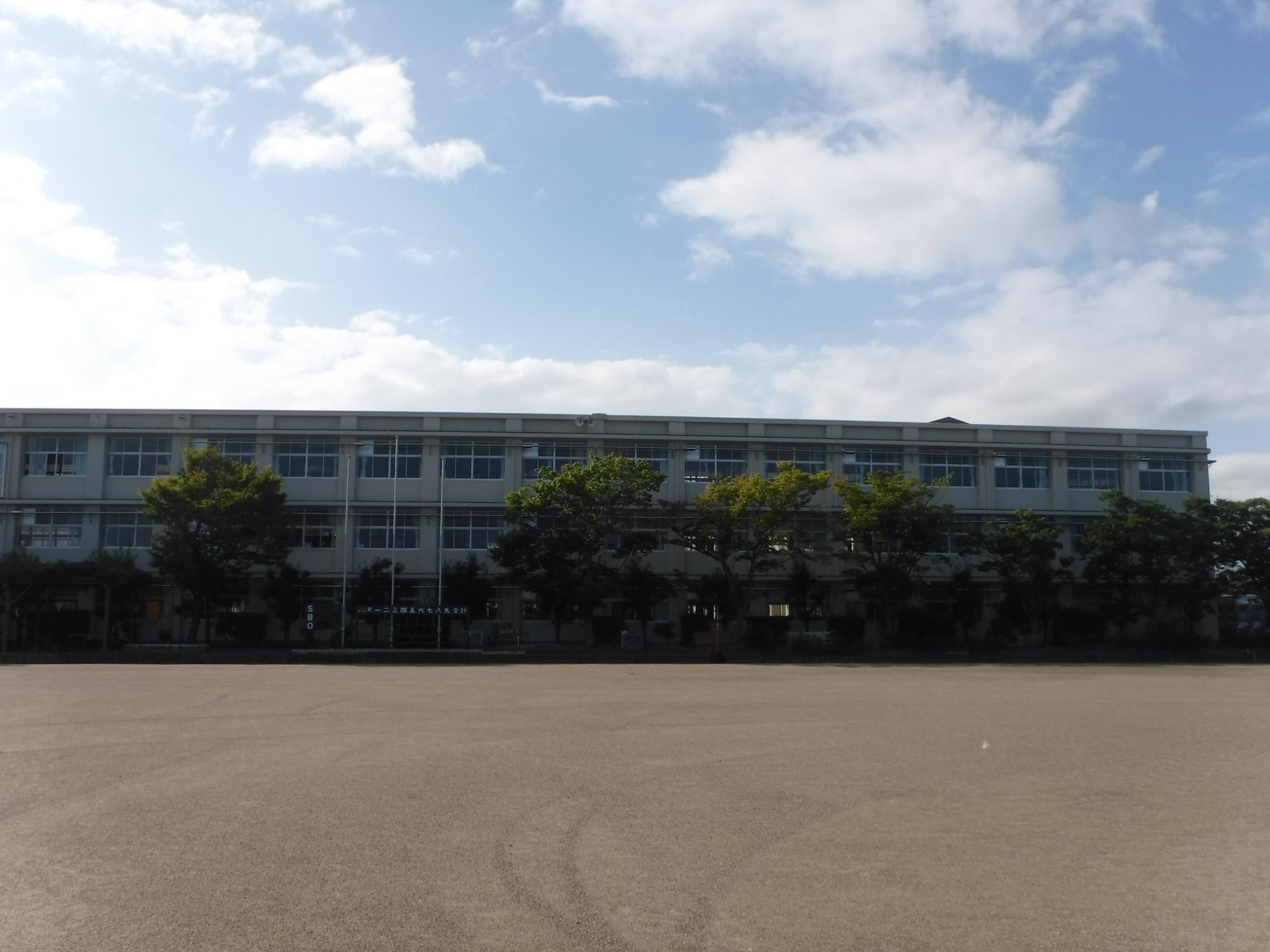 清流館高校外観